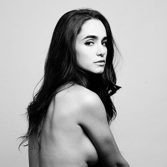 Alicia Sanz Topless Posado Revista Moda