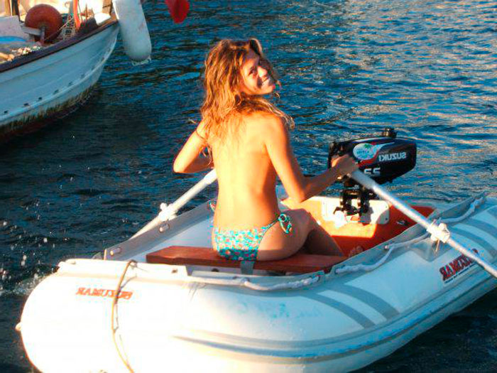 Rebeca Valls Topless Remando Barca Playa
