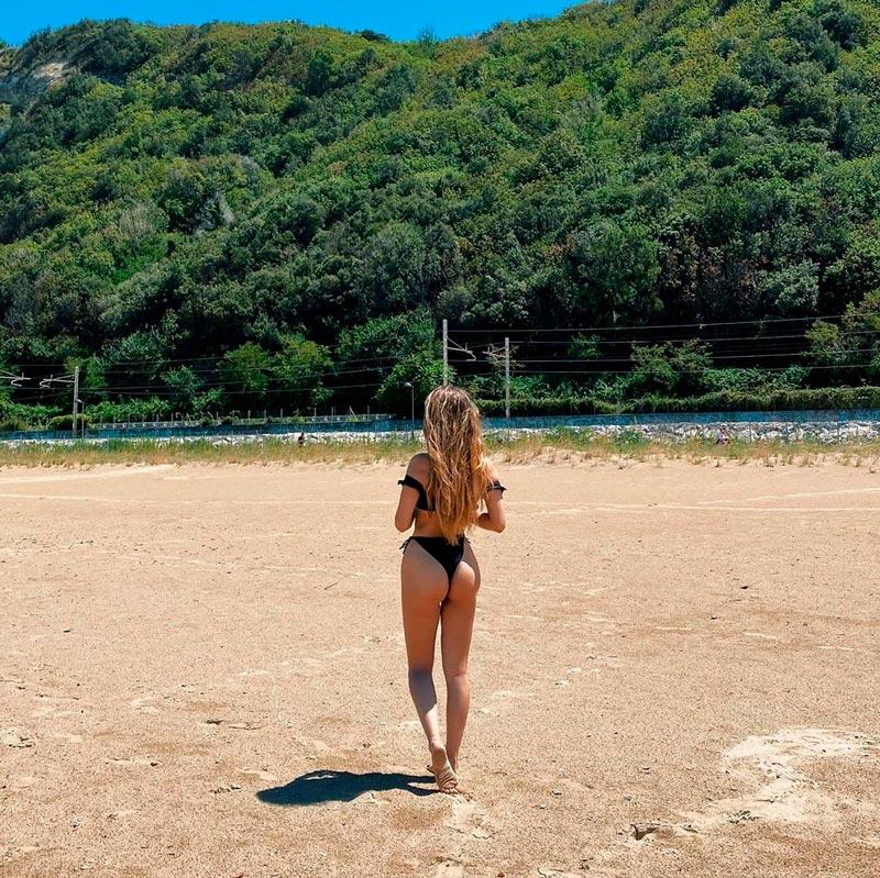 Ana Mena Espectacular Bikini Negro Playa 2