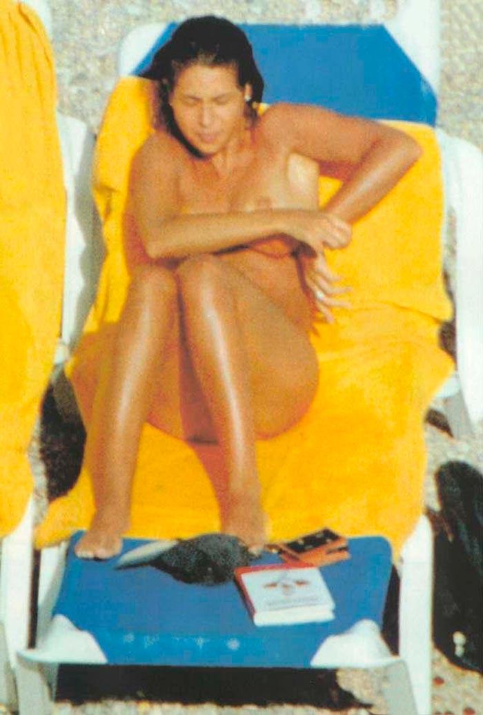 Nuria Roca Pillada Topless Interviu Playa 4