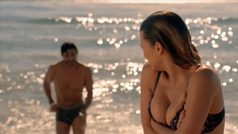 Elisa Mouliaa Bikini Pelicula Embarazados 2