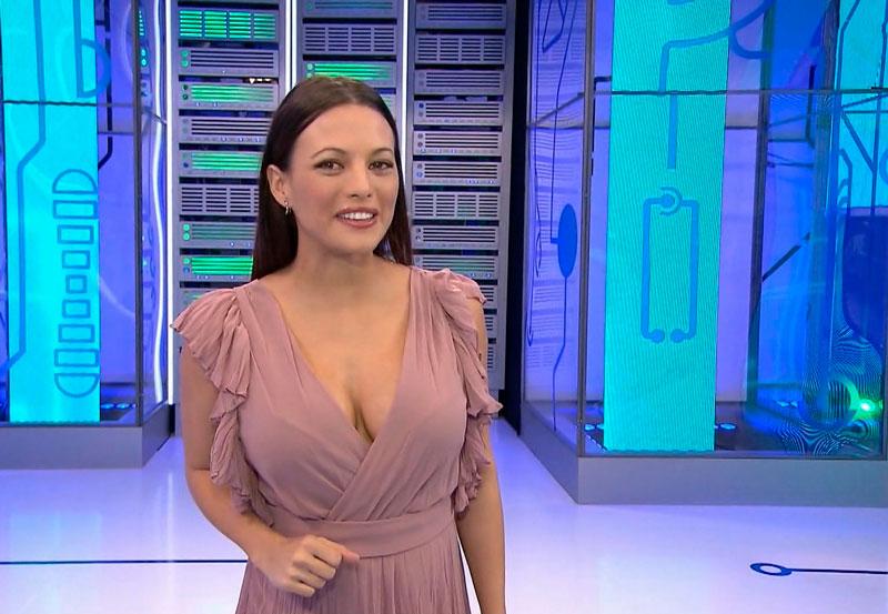 Elisa Mouliaa Escote Atrevido Presentadora Tvemos