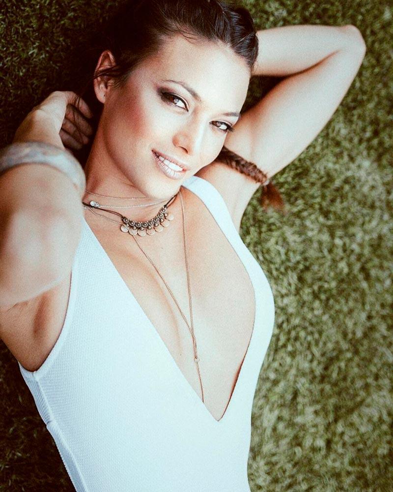 Elisa Mouliaa Posado Banador Sexy 4