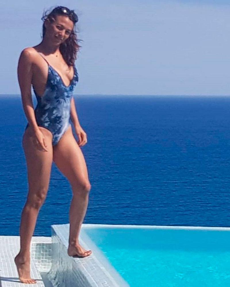 Elisa Mouliaa Posado Banador Sexy 7