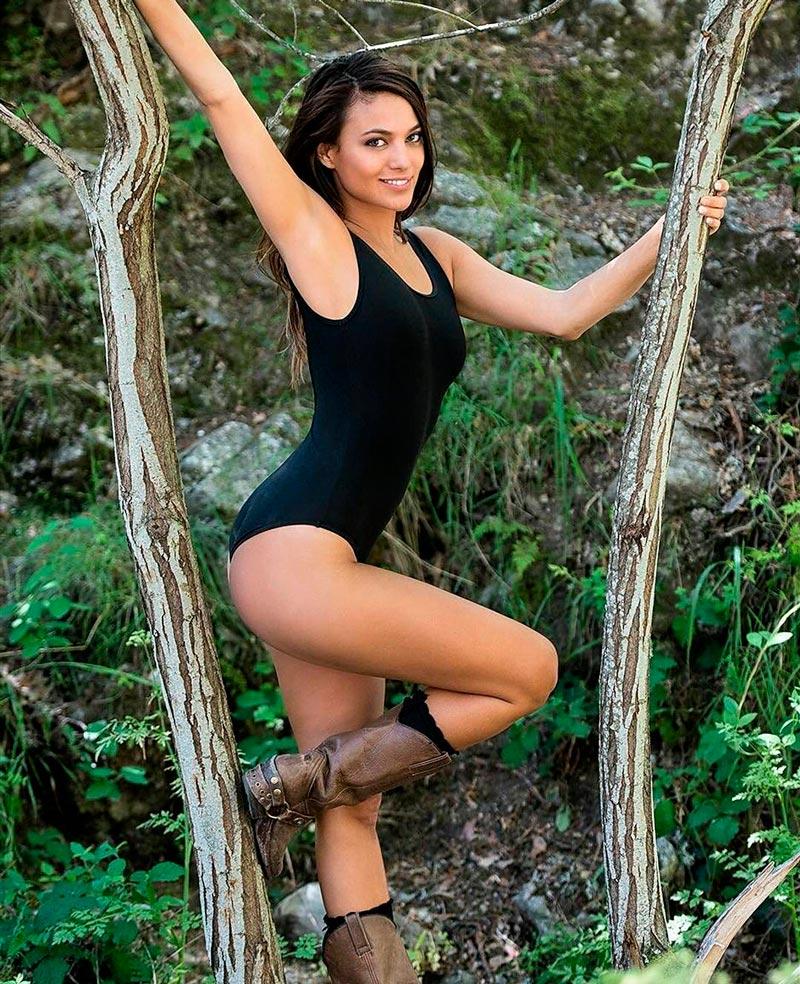 Elisa Mouliaa Posado Banador Sexy