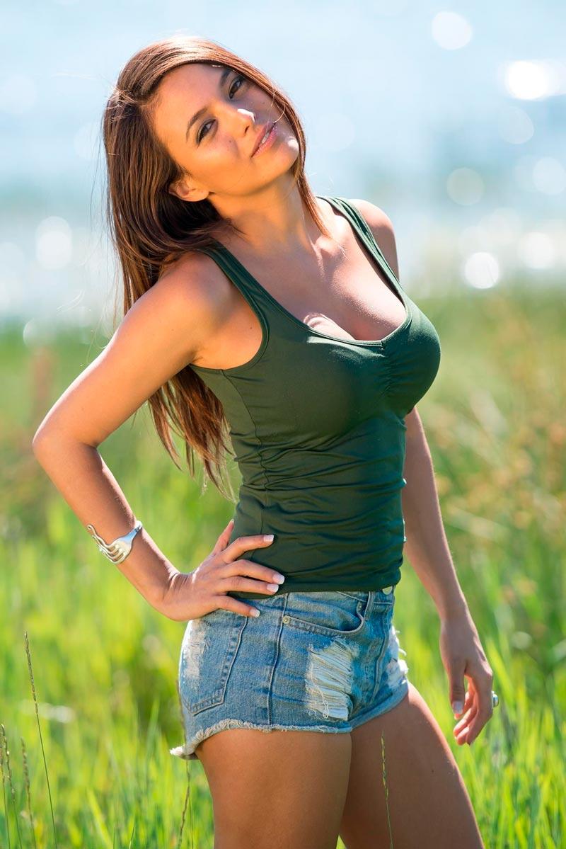 Elisa Mouliaa Sexy Actriz Aguila Roja