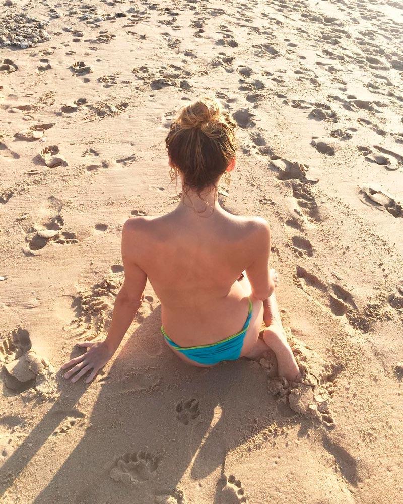 Marta Nieto Topless Playa Bikini Azul 2