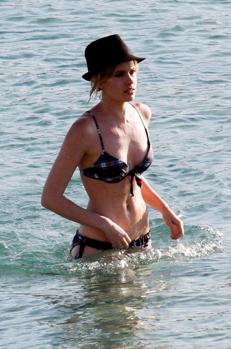 Adriana Abenia Bikini Playa Vacaciones Verano 3