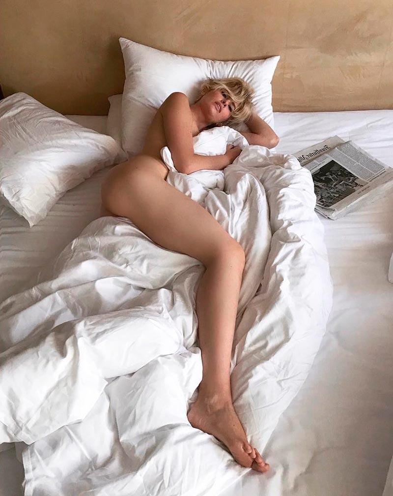 Adriana Abenia Desnuda Cama Fotos Instagram
