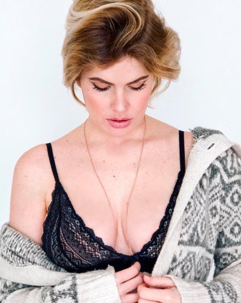 Adriana Abenia Escote Sujetador Sexy