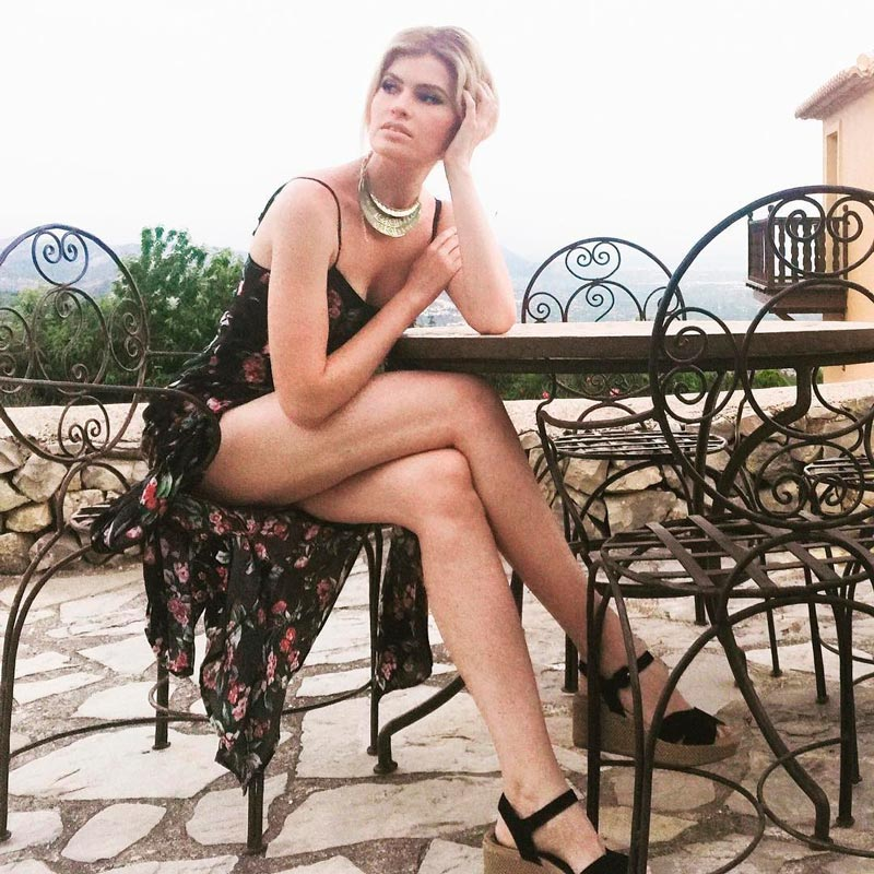 Adriana Abenia Espectaculares Piernas Largas 2