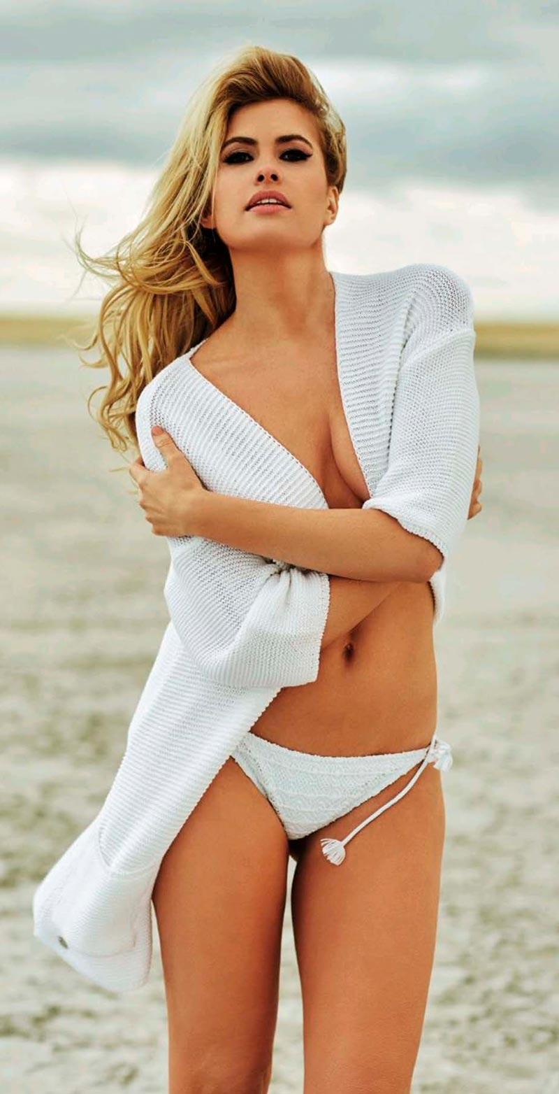 Adriana Abenia Topless Blusa Bikini Playa