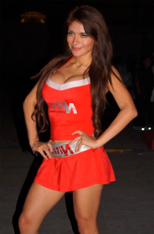 Miriam Saavedra Modelito Rojo Sexy Posado